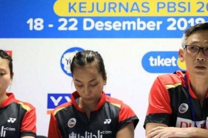 Manajer PB Djarum Kudus (kanan) memberikan komentar setelah timnya dikalahkan PB Mutiara Cardinal Bandung di Kejurnas PBSI 2018, Jumat (21/12/2018).