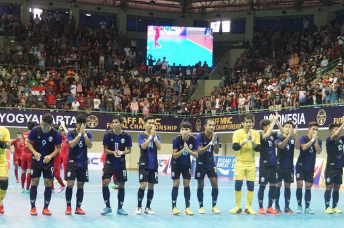 Skuat timnas futsal Kamboja memberikan hormat kepada suporter Indonesia di tribune setelah pertandingan, Rabu (7/11/2018).