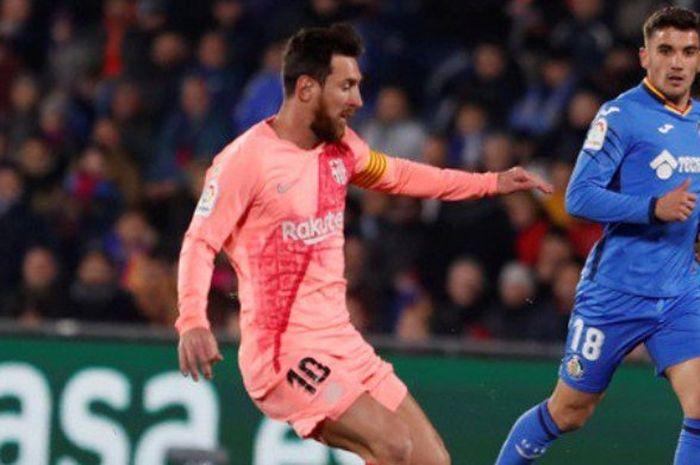 Megabintang FC Barcelona, Lionel Messi (kiri), beraksi dalam laga Liga Spanyol melawan Getafe di Stadion Coliseum Alfonso Perez, Getafe pada 6 Januari 2019.