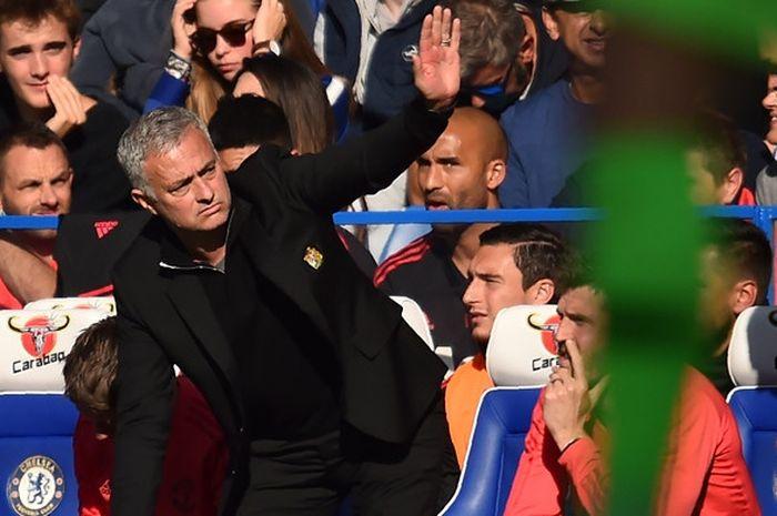 Ekspresi pelatih Manchester United, Jose Mourinho, dalam laga Liga Inggris melawan Chelsea di Stadion Stamford Bridge, London, Inggris pada 20 Oktober 2018.