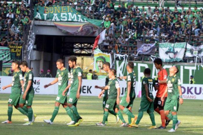 Para pemain Persebaya berjalan menuju ruang ganti seusai laga Liga 1 2018 kontra Persija Jakarta di Stadion Gelora Bung Tomo, Surabaya, Minggu (4/11/2018).