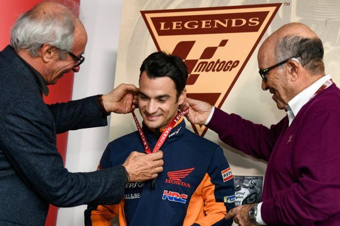 Dani Pedrosa saat dinobatkan menjadi legenda MotoGP di Sirkuit Ricardo Tormo, Valencia, Kamis (15/11/2018).