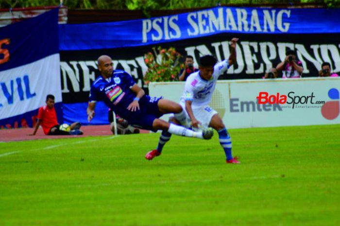 Striker asing PSIS Semarang berebut bola dengan bek Persib Bandung, Henhen Herdiana di Stadion Moch Soebroto Magelang, Minggu (18/11/2018).