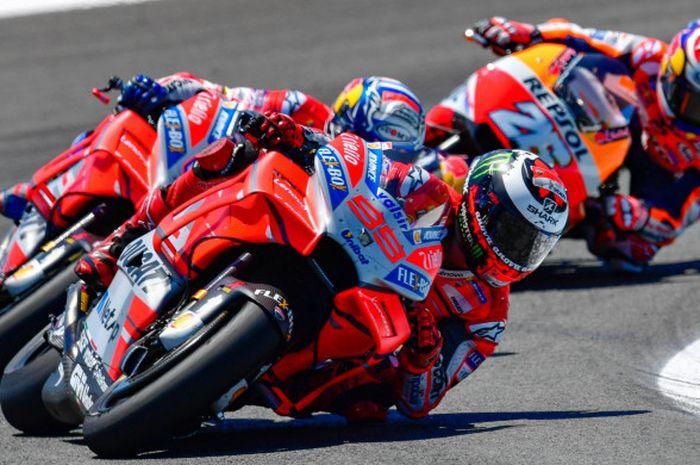 Jorge Lorenzo, Andrea Dovizioso, dan Dani Pedrosa saat beraksi pada balapan MotoGP Spanyol di Sirkuit Jerez, Spanyol, Minggu (6/5/2018).