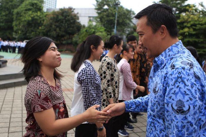 Menpora Imam Nahrawi memberikan ucapan selamat kepada para atlet berprestasi yang diangkat menjadi PNS, di Kantor Kemenpora, Jakarta, Rabu (17/1/2018).