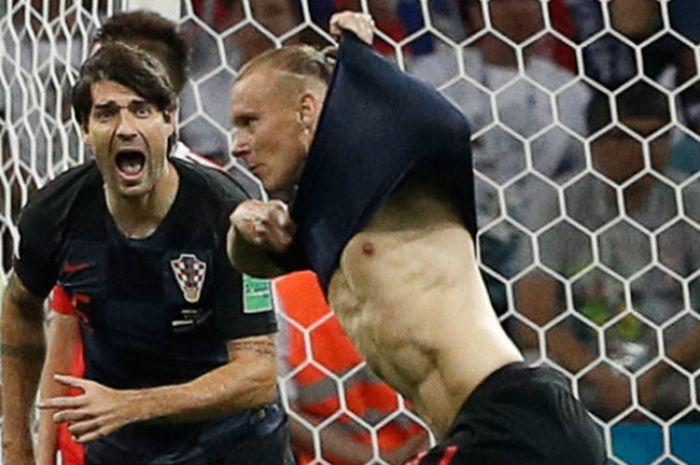 Pemain Kroasia, Domagoj Vida, melakukan selebrasi seusai menjebol gawang Rusia pada perempat final Piala Dunia 2018 di Fisht Arena, Sabtu (7/7/2018)