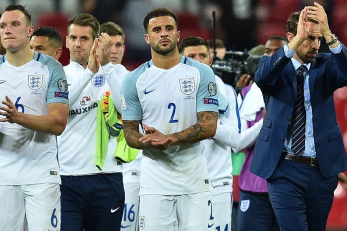 Pelatih tim nasional Inggris, Gareth Southgate (kanan), bersama para pemainnya memberikan aplaus kepada suporter yang memberi dukungan dalam laga matchday 8 babak Kualifikasi Piala Dunia 2018 Grup F kontra Slovakia di Stadion Wembley, London, Inggris, pada Senin (4/9/2017).