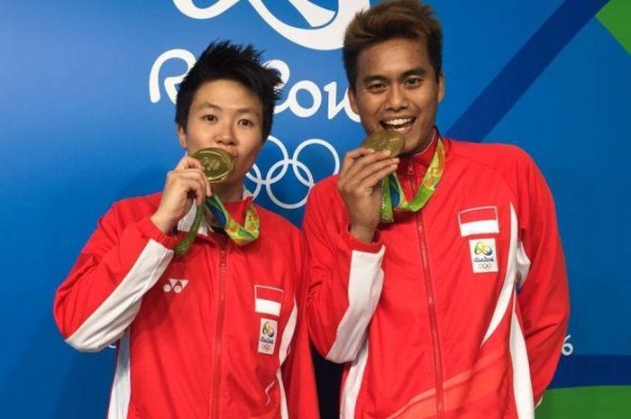 Liliyana Natsir dan Tontowi Ahmad berpose dengan medali emas Olimpiade Rio 2016 mereka.