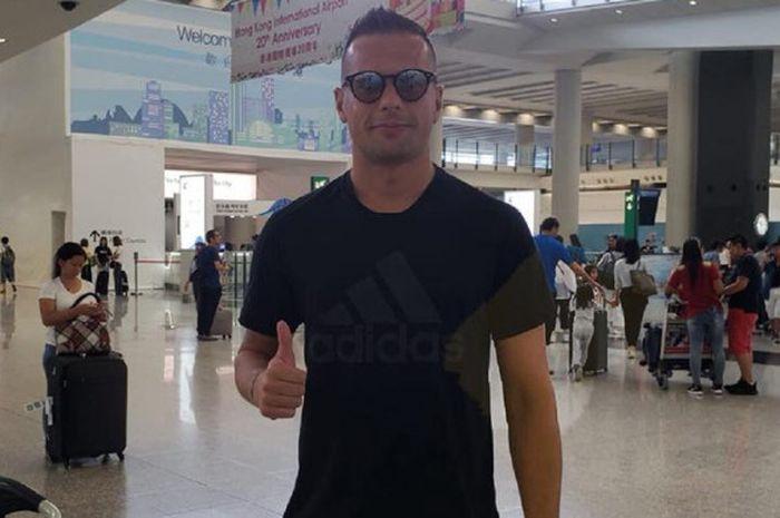 Pemain asal Serbia, Nicola Komazec saat tiba di Hong Kong awal Juli 2018.