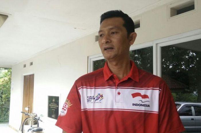 Pelatih timnas bola voli putra, Samsul Jais, menjawab pertanyaan media setelah peresmian timnas voli untuk Asian Games 2018 di Padepokan Voli, Sentul, Bogor, Jawa Barat, Rabu (7/2/2018).