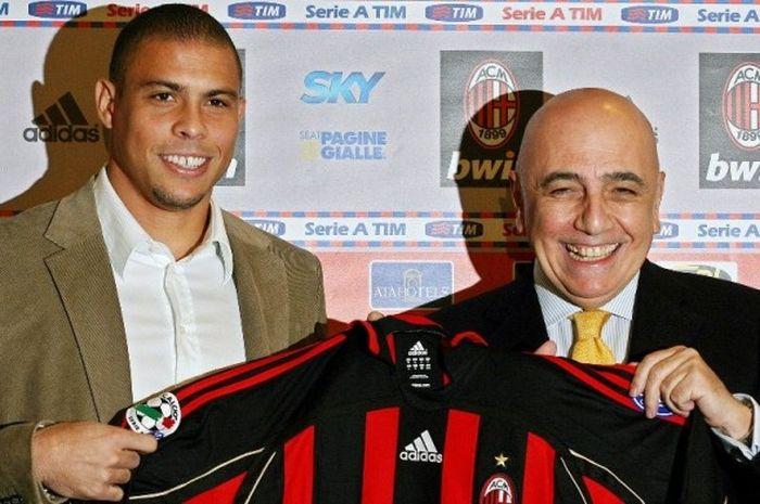 Ronaldo (kiri) diperkenalkan sebagai pemain baru AC Milan, 2 Februari 2007.