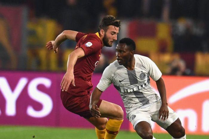 Gelandang AS Roma, Bryan Cristante, hendak menerjang pemain Inter Milan, Kwadwo Asamoah, dalam laga pekan ke-14 Liga Italia di Stadion Olimpico, Roma, Senin (3/12/2018) dini hari WIB.