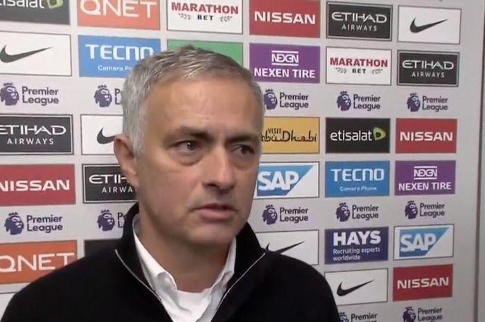 Pelatih Manchester United, Jose Mourinho, berbicara seusai laga Liga Inggris melawan Manchester City di Stadion Etihad, Manchester pada 11 November 2018.