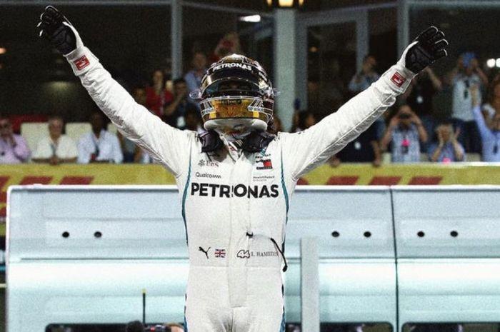 Selebrasi Lewis Hamilton (Mercedes) setelah mampu meraih pole position pada sesi kualifikasi F1 GP Abu Dhabi 2018 yang berlangsung Sabtu (24/11/2018).