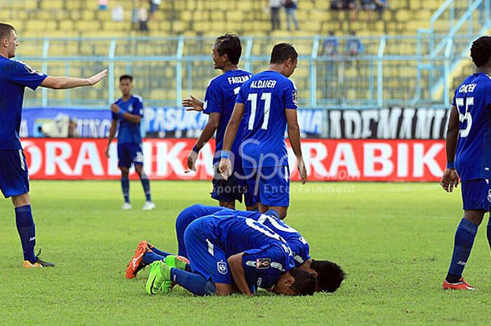 Pemain PSIS Semarang merayakan kemenangan mereka atas Persela lamongan dengan skor tipis 1-0 pada laga penyisihan terakhir Grup E Piala Presiden 2018 di Stadion Kanjuruhan Malang, Jawa Timur, Selasa (30/01/2018) sore.