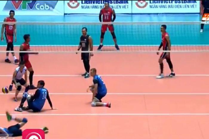 Suasana pertandingan semifinal voli putra Indonesia (merah) versus Kazakhstan (biru) saat Piala Lienvietpostbank 2018 pada hari Rabu (30/5/2018) di Vietnam.