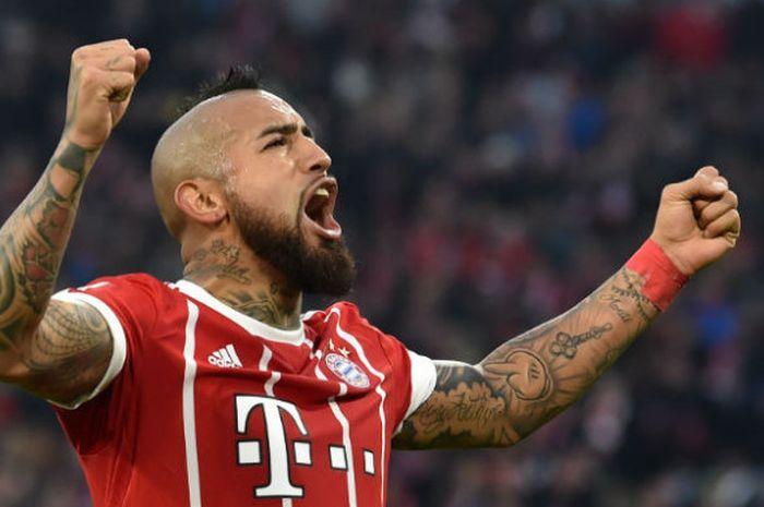 Pemain Bayern Muenchen, Arturo Vidal, merayakan golnya pada pertandingan Liga Jerman melawan FC Augsburg di Allianz Arena, Sabtu (18/11/2017).