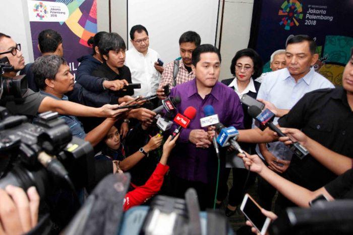 Ketua Umum Inasgoc Erick Thohir menjawab pertanyaan dari para awak media seusai acara pembukaan pendaftaraan volunteer dan peluncuran seragam volunteer Asian Games 2018 di Senayan, Jakarta, Kamis (18/1/2018).