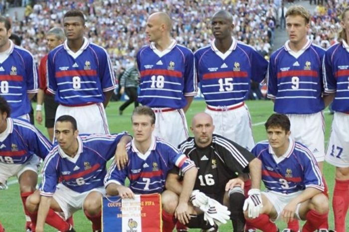 Skuat Prancis berbaris jelang laga final Piala Dunia 1998 antara Brasil dan Prancis di Stadion Stade de France, St Denis, Prancis, pada 12 Juli 1998.