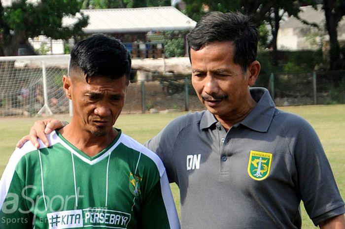 Pelatih Persebaya Djadjang Nurdjaman (kanan) usai memberi materi latihan timnya di lapangan Persebay