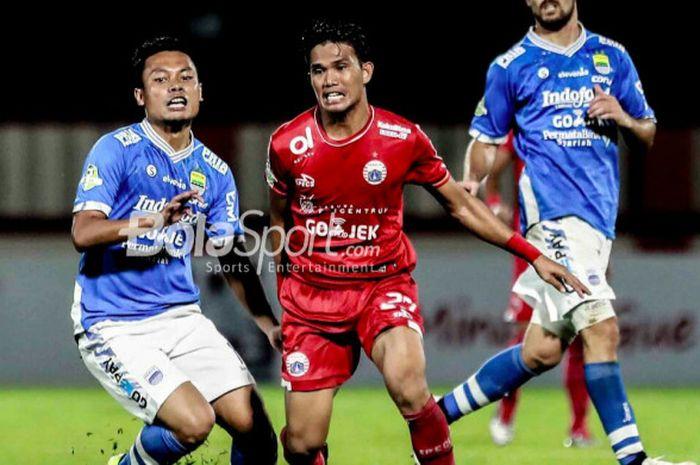 Duel gelandang Persib Bandung dan Persija Jakarta antara Dedi Kusnandar dan Sandi Darman Sute, di
