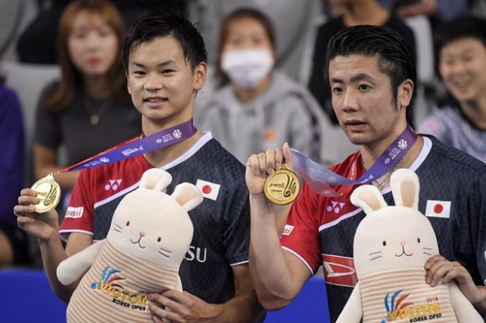 Pasangan ganda putra Jepang, Hiroyuki Endo/Yuta Watanabe, berpose dengan medali emas yang didapat se