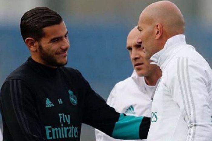 Bek kiri Real Madrid, Theo Hernandez saat bersalaman untuk mengucapkan perpisahan ke Zinedine Zidane