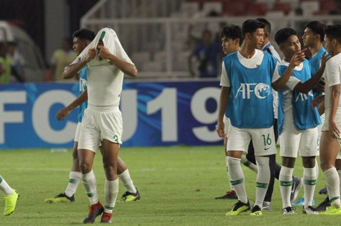 Para pemain timnas U-19 Indonesia tertunduk usai kekalahan 5-6 kontra Qatar pada fase grup Piala Asia U-19 2018 di Stadion Utama Gelora Bung Karno, Jakarta, Minggu (21/10/2018).