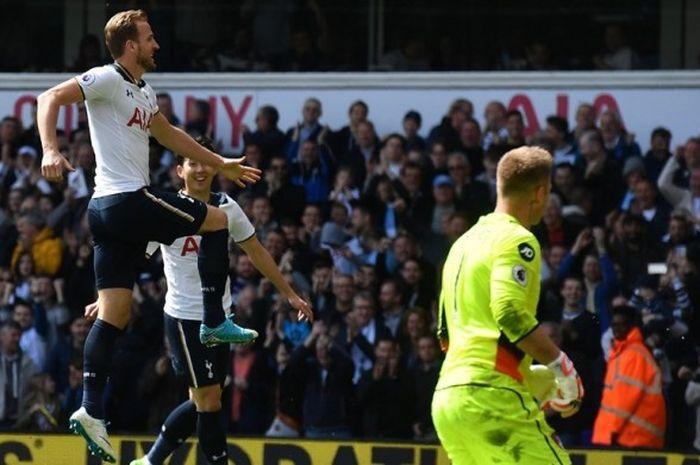 Penyerang Tottenham Hotspur, Harry Kane (kiri), merayakan gol yang dia cetak ke gawang Bournemouth dalam laga Premier League di Stadion White Hart Lane, London, Inggris, pada 15 April 2017.