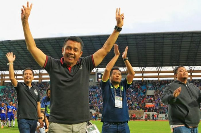 Dua tanda V dari tangan pelatih PSIS Semarang, Jafri Sastra seusai timnya menumbangkan Persipura pad
