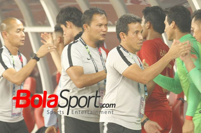 Para pelatih timnas Indonesia dipimpin Bima Sakti menyalami pemain cadangan skuat Garuda seusai laga kontra Filipina pada laga pamungkas fase grup Piala AFF 2018 di SUGBK, Minggu (25/11/2018).
