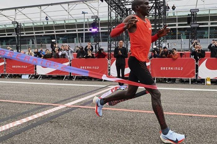 Pelari asal Kenya, Eliud Kipchoge, melintasi garis finish di Sirkuit Monza, Italia, setelah melahap