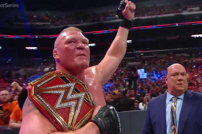 Paul Heyman (kanan) sedang bersama dengan Brock Lesnar ketika menjalani pertandingan WWE.