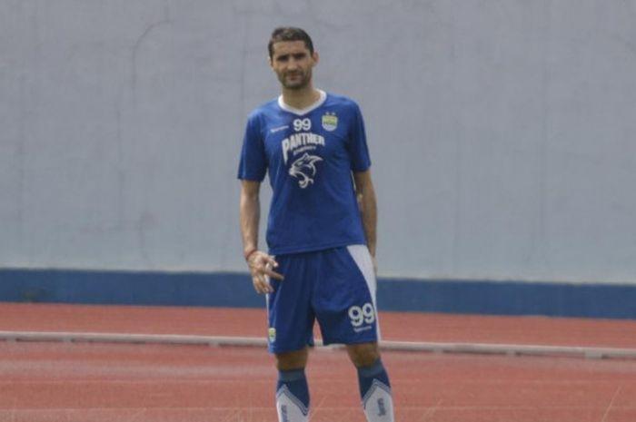 Gelandang Persib Bandung Srdjan Lopicic saat menjalani sesi latihan pagi di Lapangan Sport Jabar Arc