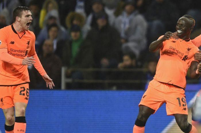 Pemain Liverpool FC, Sadio Mane (kanan), merayakan gol yang dia cetak ke gawang FC Porto dalam laga leg pertama babak 16 besar Liga Champions di Stadion Do Dragao, Porto, Portugal, pada 14 Februari 2018.