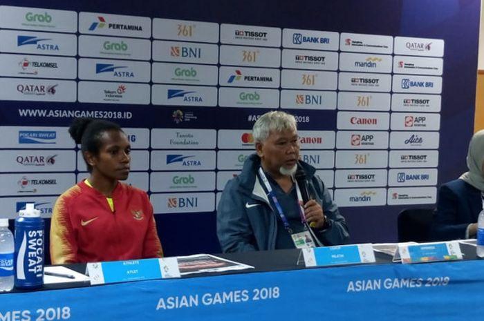 Pelatih timnas putri Indonesia, Satia Bagdja, bersama kiper Norfifice Boma saat sesi konferensi pers selepas laga melawan timnas Taiwan, Minggu (19/8/2018).
