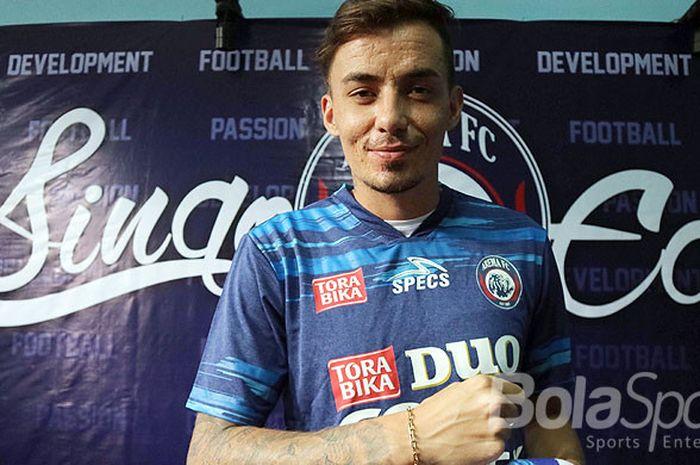 Gelandang anyar Arema FC asal Brasil, Rodrigo Ost Dos Santos, saat diperkenalkan di kantor Arema FC Jalan Kertanegara no. 7 Kota Malang, Rabu (13/12/2017).
