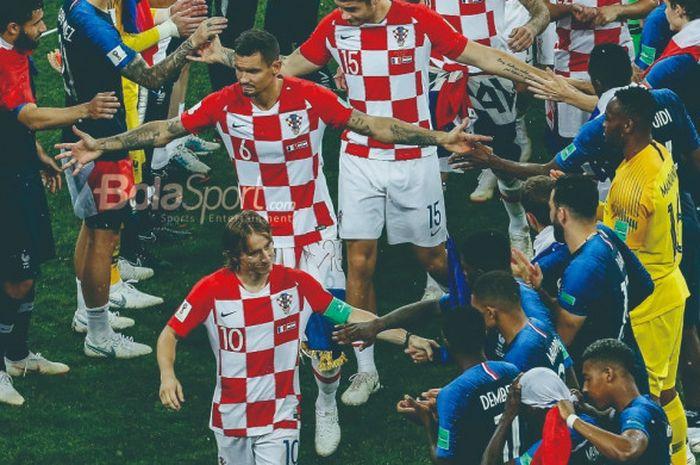 Kapten tim nasional Kroasia, Luka Modric, memimpin rekan-rekannya menerima medali perak setelah kala