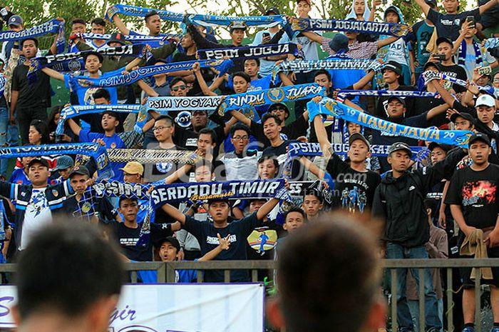 Aksi suporter PSIM Jogjakarta, Brajamusti, saat mendukung timnya dalam laga perdana Liga 2 2018 mela