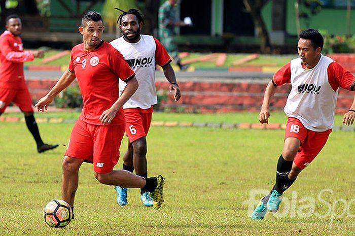 Aksi striker Perseru Serui, Silvio Escobar (kiri), saat mengikuti pemusatan latihan sebagai persiapan jelang Liga 1 2018 di Lapangan Yonkes Karangploso Kabupaten Malang, Jawa Timur, Jumat (09/02/2018) pagi.