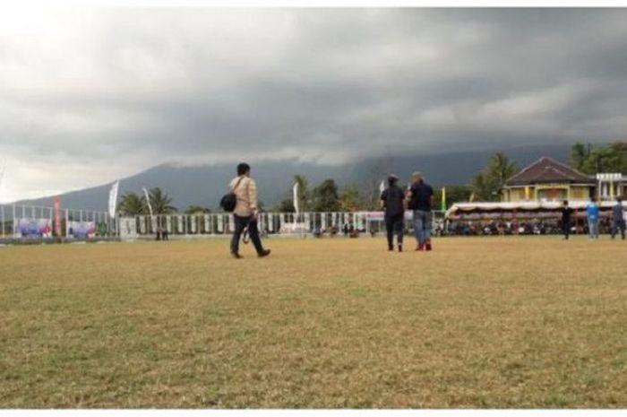 Kondisi rumput lapangan Sakti Lodaya di Desa Cisayong, Tasikmalaya, Jawa Barat, Selasa (15/1/2019). Terlihat rumput lapangan sudah menguning. Padahal pada sekitar Oktober 2018, lapangan ini sempat viral di media sosial karena rumput yang dipakai berstandar FIFA.