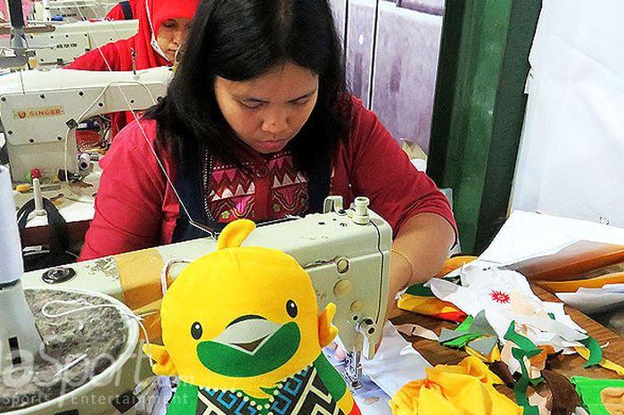 Pabrik lokal dipercaya panitia Asian Games 2018 sebagai salah satu produsen resmi merchandise boneka ketiga maskot, yakni Bhin Bhin, Atung, dan Kaka sejak bulan April lalu yang terletak di daerah Gotong Royong Malang, Jawa Timur.
