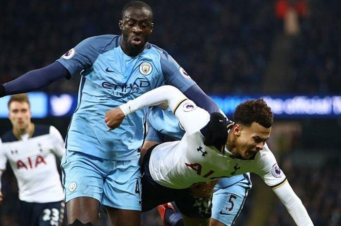 Aksi gelandang Manchester City, Yaya Toure (kiri), berduel dengan pemain Tottenham Hotspur, Dele All