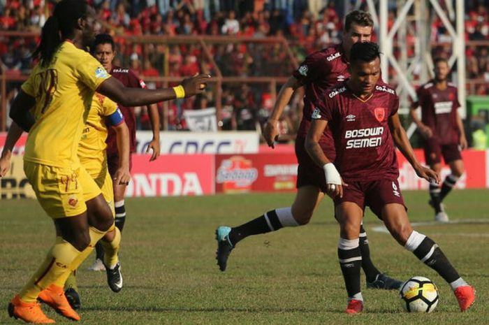 Pemain PSM Makassar, Ferdinand Sinaga, mencoba melewati hadangan pemain Sriwijaya FC di Stadion Mat