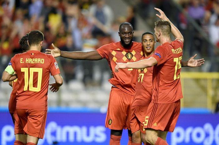 Penyerang Belgia, Romelu Lukaku (tengah), merayakan gol yang dicetak ke gawang Swiss dalam laga UEFA