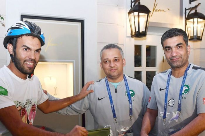 Fahd Al-Yahya (kiri) mengunjungi markas latihan timnas Arab Saudi di Saint-Petersburg, Rusia, dalam perjalanannya ke Moscow.