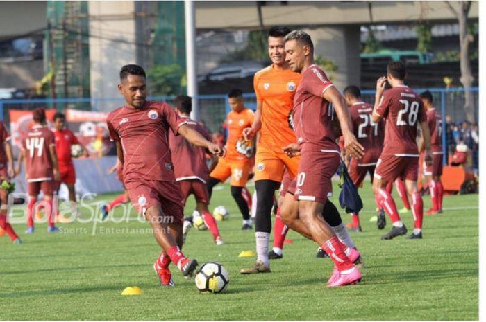Ramdani Lestaluhu dan Bruno Oliveira de Matos alias Bruno Matos dalam latihan Persija Jakarta di Lapangan Aldiron, Pancoran, Jakarta Selatan, Senin (7/1/2019).