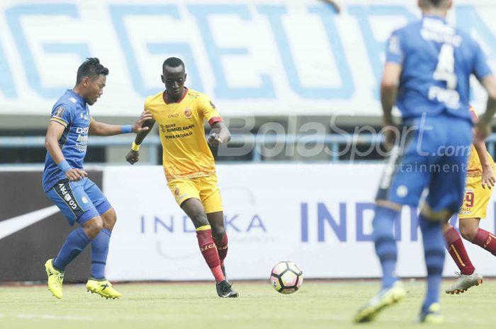 Makan Konate mencoba melewati Tony Sucipto dalam laga pembuka Piala Presiden 2018 antara Persib Vs Sriwijaya FC di Stadion Gelora Bandung Lautan Api, Bandung, Selasa (16/1/2018)