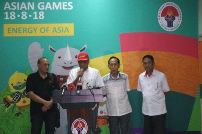 Ketua Umum BOPI, M Noor Aman (kedua dari kiri), pada jumpa pers BOPI mengenai kompetisi resmi PSSI (