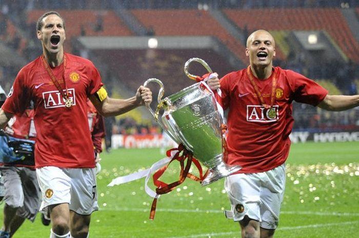 Kapten Manchester United, Rio Ferdinand (kiri), mengangkat trofi Liga Champions bersama Wes Brown se